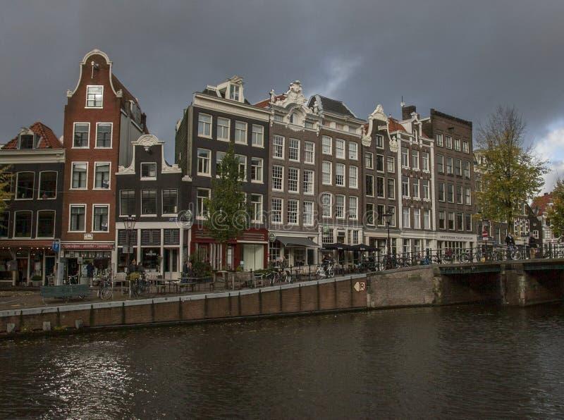 Amsterdam en automne - maisons urbaines néerlandaises traditionnelles photo libre de droits