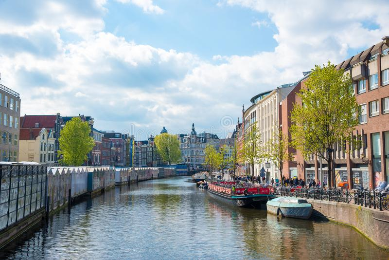 Amsterdam en het grote kanaal genoemd Singel met drijvende bloemmarktkramen stock foto's
