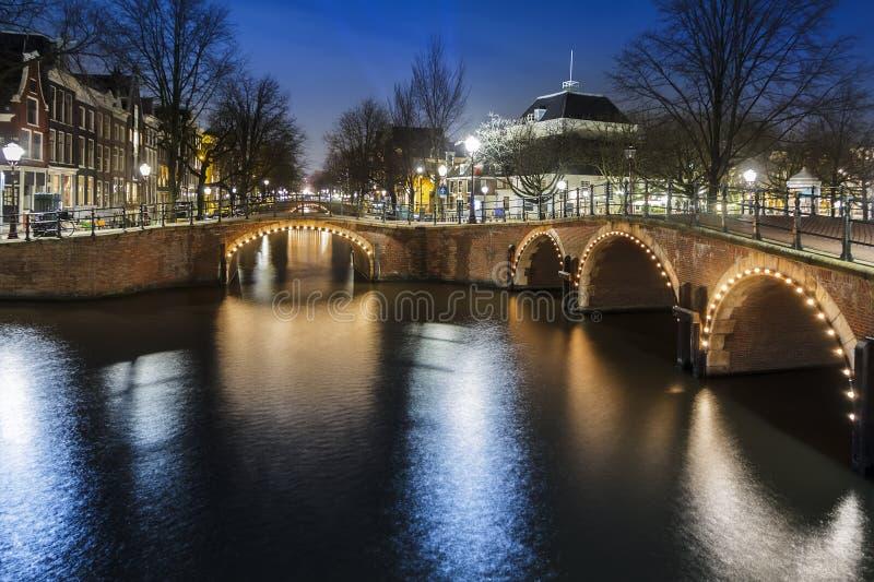 Amsterdam en la noche, canal de Singel foto de archivo libre de regalías