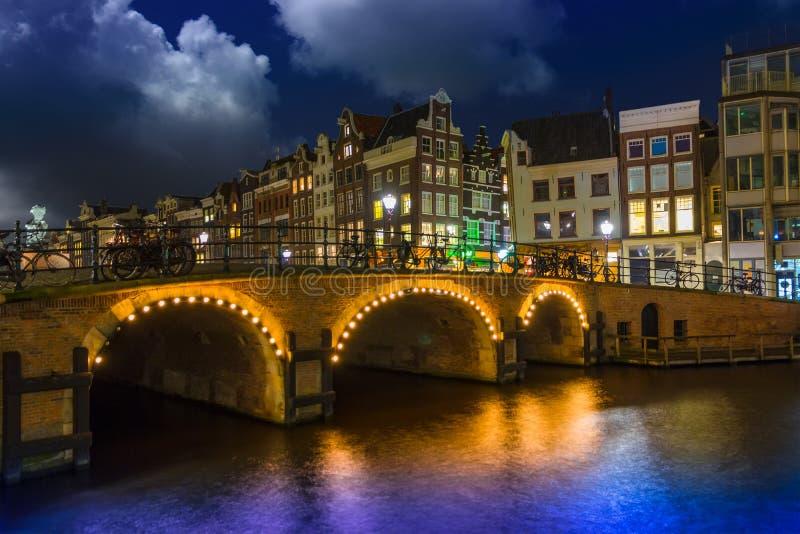 Amsterdam en la noche, canal de Singel fotos de archivo libres de regalías