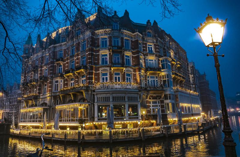 Amsterdam Europa hotell vid natt arkivfoton