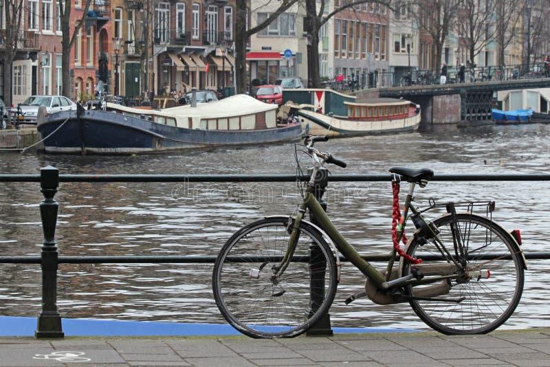 Amsterdam-Fahrrad und -boote lizenzfreie stockfotos