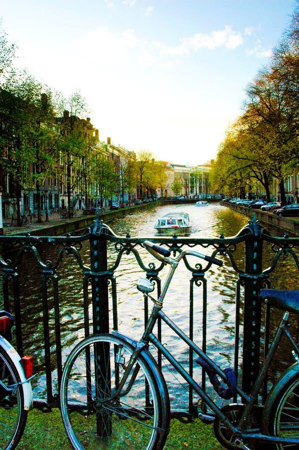 Amsterdam, Fiets tegen een Brug, het Vallen van de avond, Zonsondergang royalty-vrije stock fotografie