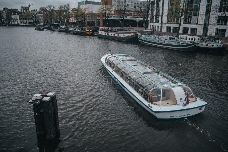 Amsterdam flodspårvagn med turist- sight royaltyfri foto