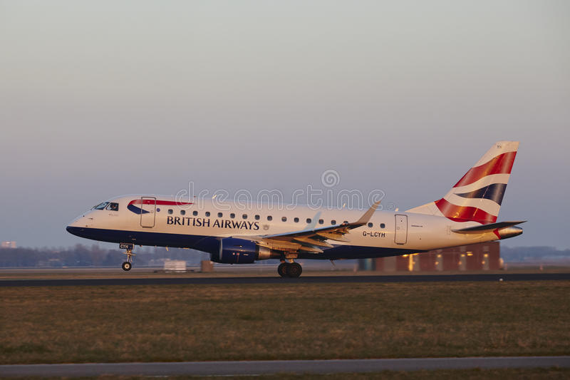 Amsterdam flygplats Schiphol - British Airways Embraer 170 tar av royaltyfri bild