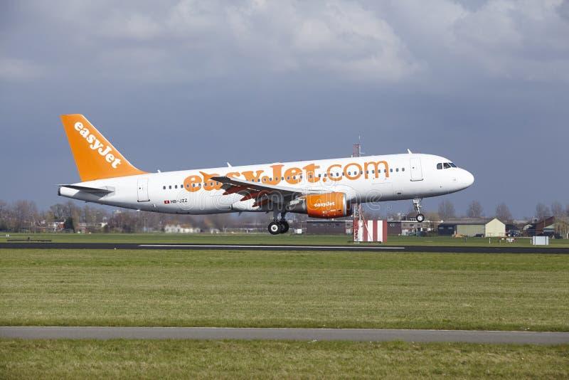 Amsterdam flygplats Schiphol - den Easyjet Schweiz flygbussen A320 landar royaltyfria foton
