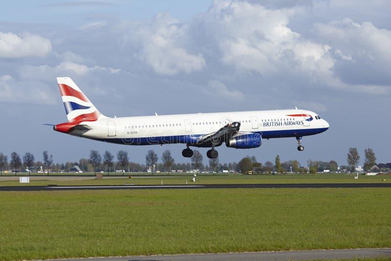 Amsterdam flygplats Schiphol - flygbussen A321 av British Airways landar royaltyfri bild