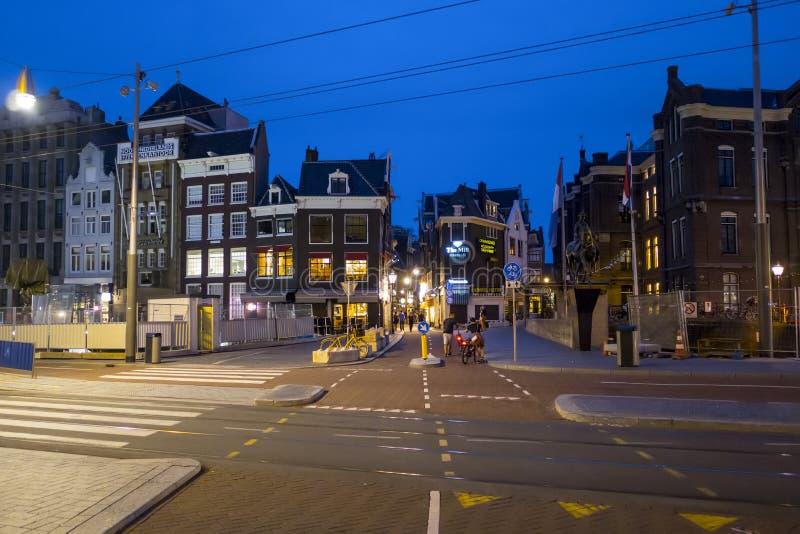 Amsterdam gatasikt i aftonen - AMSTERDAM - NEDERLÄNDERNA - JULI 20, 2017 arkivbilder