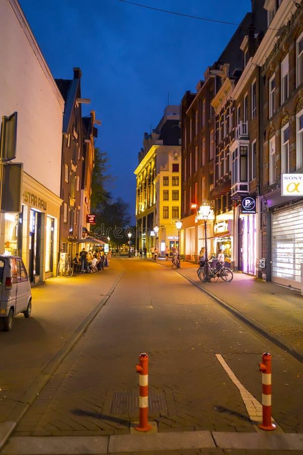Amsterdam gatasikt i aftonen - AMSTERDAM - NEDERLÄNDERNA - JULI 20, 2017 royaltyfri foto