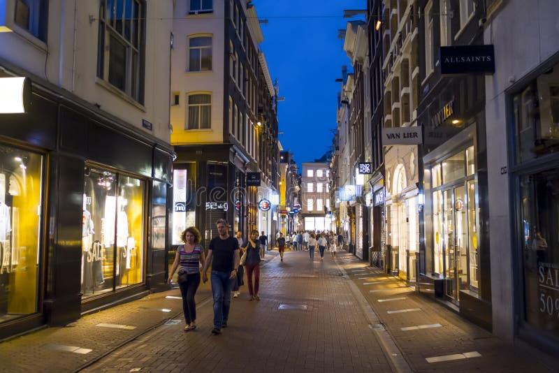 Amsterdam gatasikt på natten - AMSTERDAM - NEDERLÄNDERNA - JULI 20, 2017 royaltyfri foto