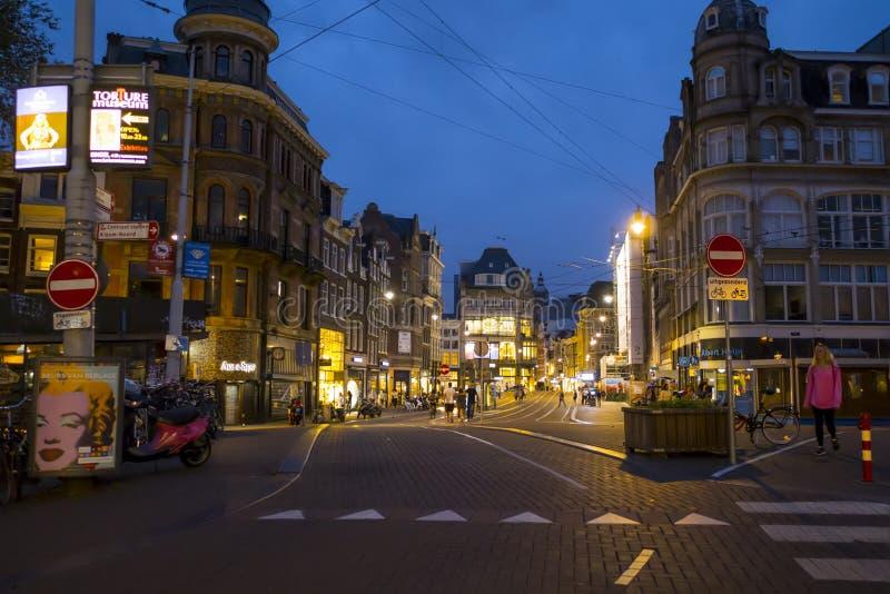 Amsterdam gatasikt på natten - AMSTERDAM - NEDERLÄNDERNA - JULI 20, 2017 fotografering för bildbyråer