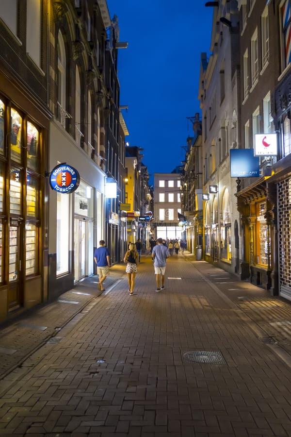 Amsterdam gatasikt på natten - AMSTERDAM - NEDERLÄNDERNA - JULI 20, 2017 arkivfoton