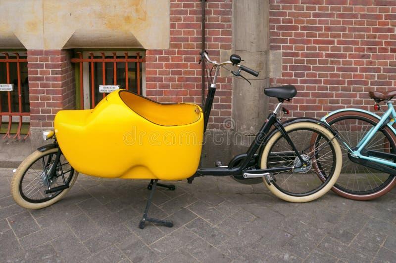 AMSTERDAM, holandie - CZERWIEC 25, 2017: Bicykl z kabiną w postaci klomp holendera krajowych butów zdjęcia royalty free