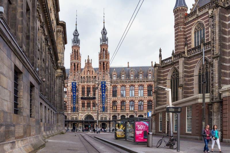 AMSTERDAM, holandie - CZERWIEC 25, 2017: Widok gotyka budynek Poprzedni Amsterdam magistrali urząd pocztowy fotografia stock