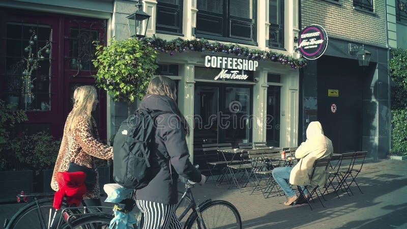 AMSTERDAM, holandie - GRUDZIEŃ 26, 2017 Coffeeshop Nowi czasy, jeden założenia sprzedaż marihuana dokąd dla zdjęcia royalty free