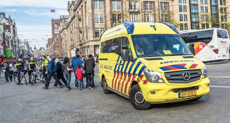 Amsterdam, holandie - Kwiecień 31, 2017: Karetka i policja dostaje przygotowywający dla emergancy skrzynki obraz royalty free