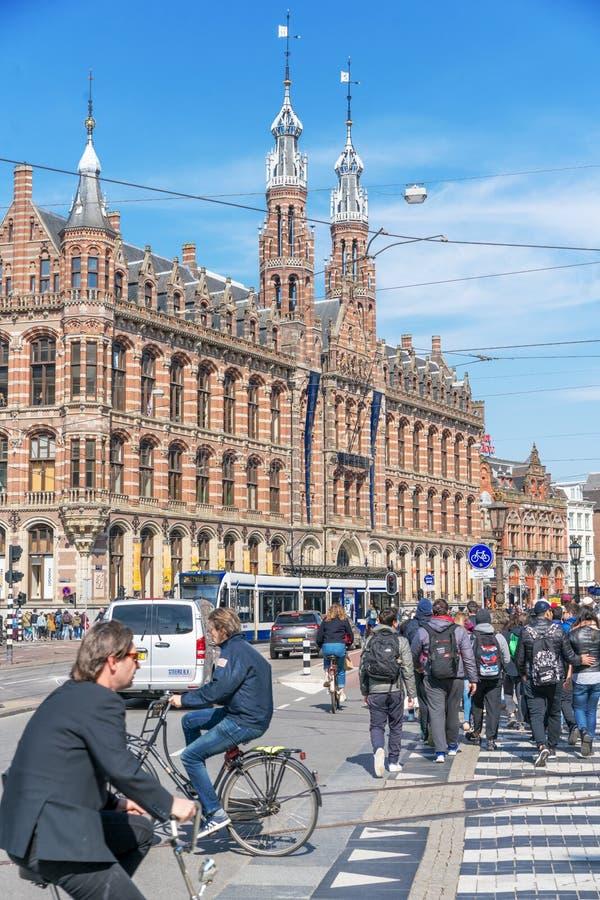 Amsterdam, holandie - Kwiecie? 09, 2019: Klasyczni bicykle i dziejowi domy w starym Amsterdam Typowa ulica w Amsterdam z zdjęcia stock