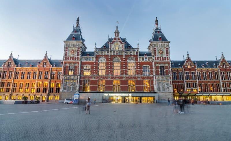 Amsterdam, holandie - Maj 8, 2015: Ludzie przy Amsterdam centrali dworcem obraz stock