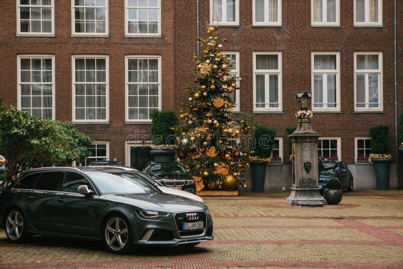 Amsterdam holandie, Styczeń 2, 2017: Dekoracja nowego roku drzewo Święta oblewania Szczęśliwy wydarzenie zdjęcie royalty free