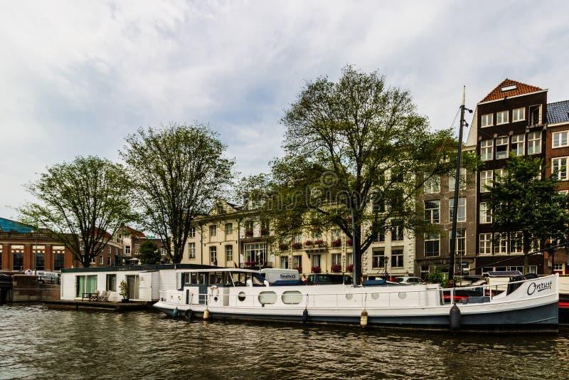 Amsterdam Holland - 2019 Kanaler av Amsterdam, Nederländerna i en molnig sommardag arkivbilder