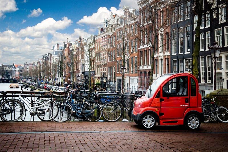 Amsterdam, Holland, Netherland, światło dzienne, czerwony samochód obraz stock