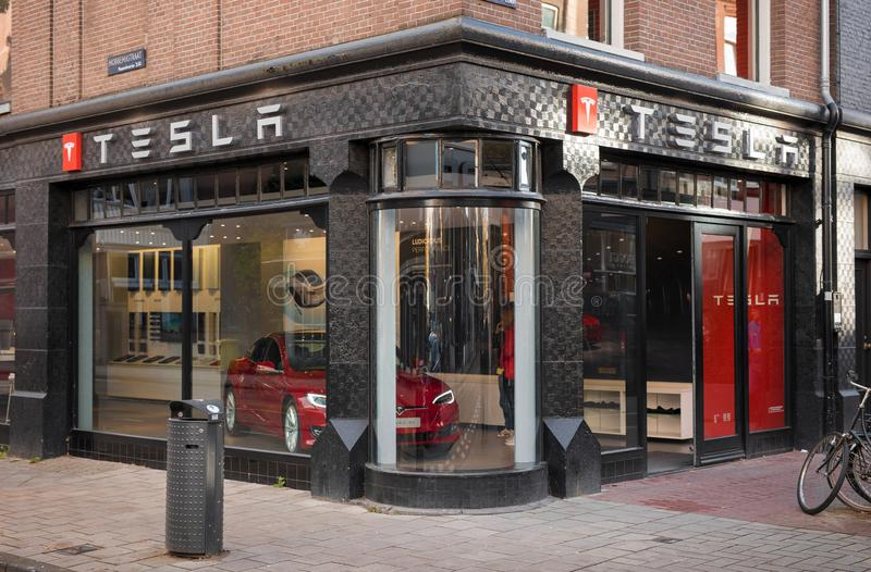 Amsterdam, Hollandes Tesla circule en voiture le devanture de magasin à Amsterdam images stock