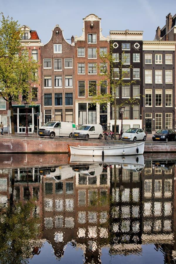 Amsterdam hus vid den Singel kanalen arkivbild