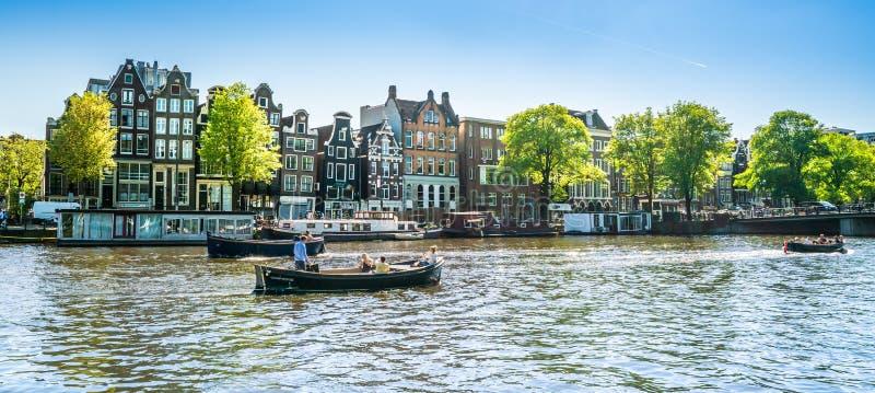Amsterdam, il 7 maggio 2018 - la vista sul fiume Amstel ha riempito di sma immagini stock libere da diritti