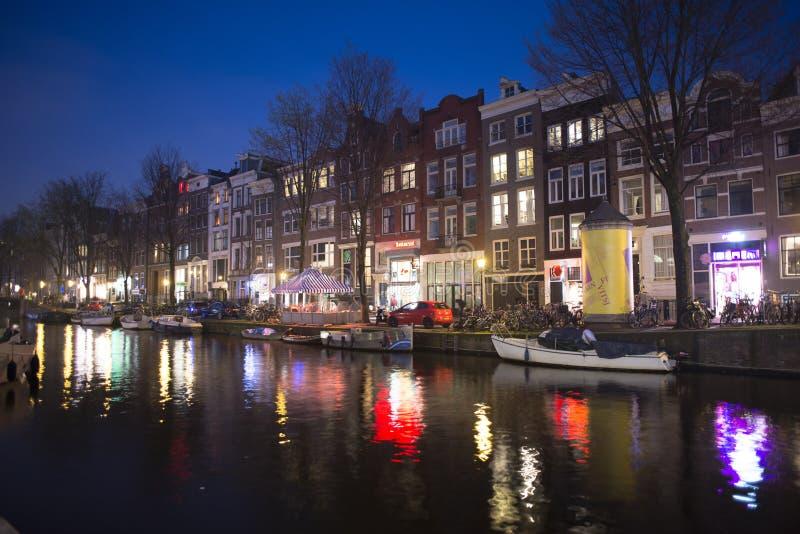 Amsterdam-Kanäle bis zum Nacht, Stadtbild mit den belichteten Häusern reflektiert im Wasser, Amsterdam, die Niederlande, am 22. M lizenzfreie stockfotos