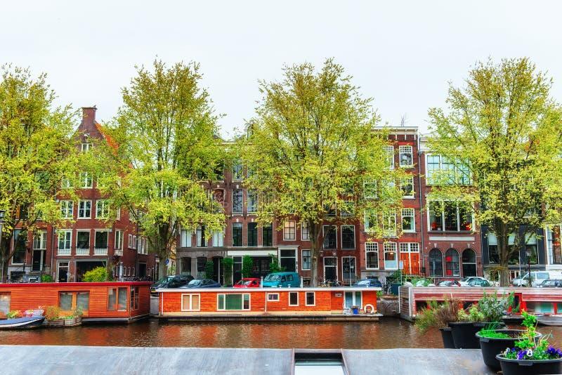 Amsterdam-Kanäle und typische Häuser lizenzfreies stockbild