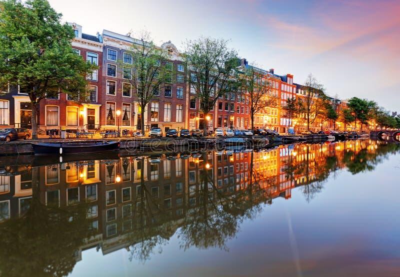 Amsterdam kanałów zachodnia strona przy półmrokiem Natherlands fotografia stock