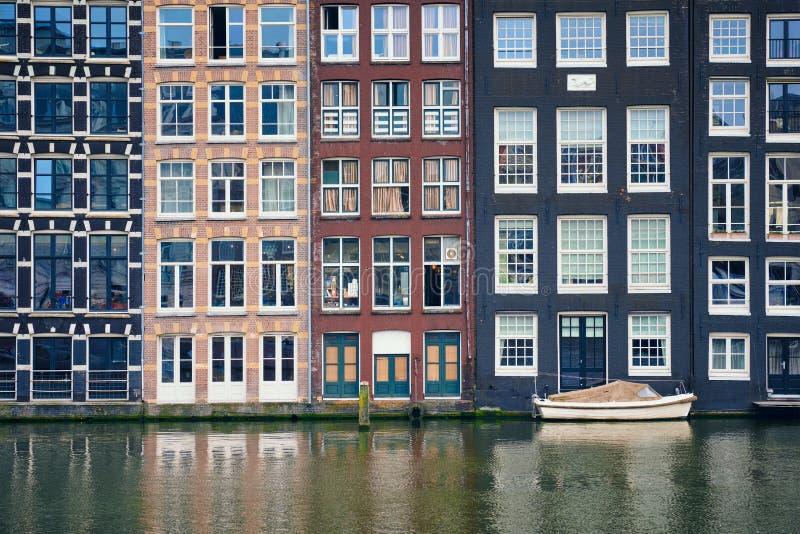 Amsterdam kanal Damrak med hus, Nederländerna arkivbild