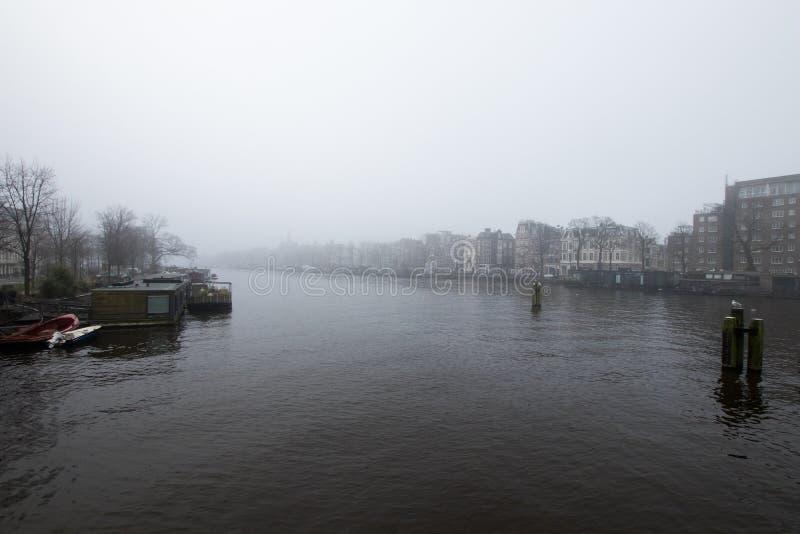 Amsterdam kanal med dimma Dag med mycket dimma i en Amsterdam royaltyfri bild
