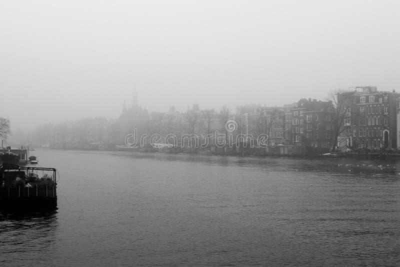 Amsterdam kanal med dimma Dag med mycket dimma i en Amsterdam arkivbilder