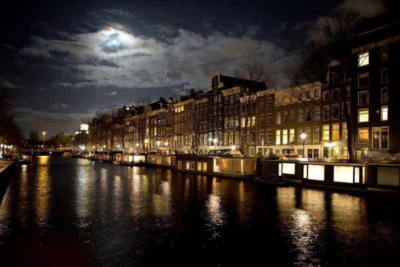 Amsterdam kanal och fullmåne arkivbilder