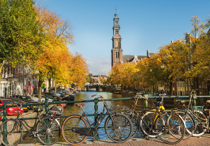 Amsterdam kanal och Westerkerk royaltyfri foto