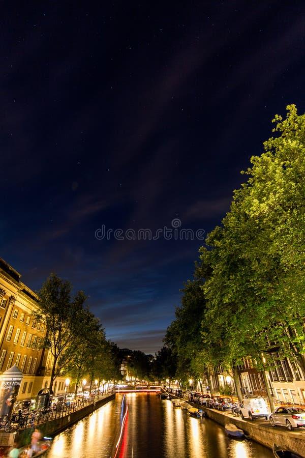 Amsterdam kanal på en stjärnklar natt 4 royaltyfria bilder