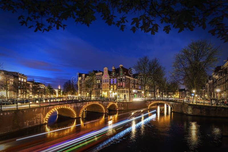 Amsterdam kanal på natten fotografering för bildbyråer
