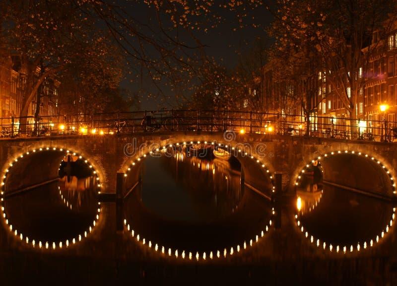 Amsterdam kanal på natten royaltyfria foton