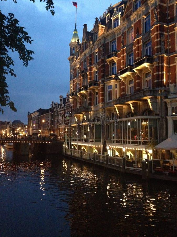 Amsterdam kanal vid natt arkivbilder