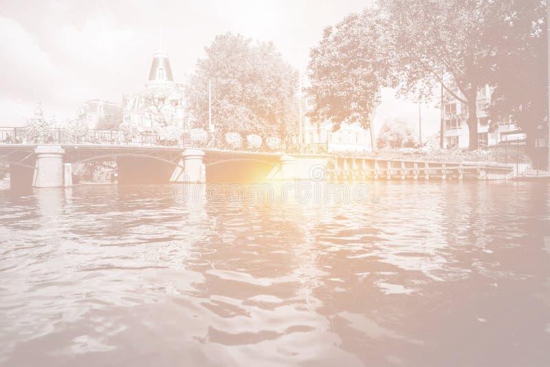 Amsterdam-Kanalbrücke mit hellem Licht stock abbildung