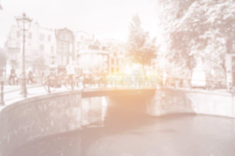 Amsterdam-Kanalbrücke mit hellem Licht und Fahrrädern lizenzfreie abbildung