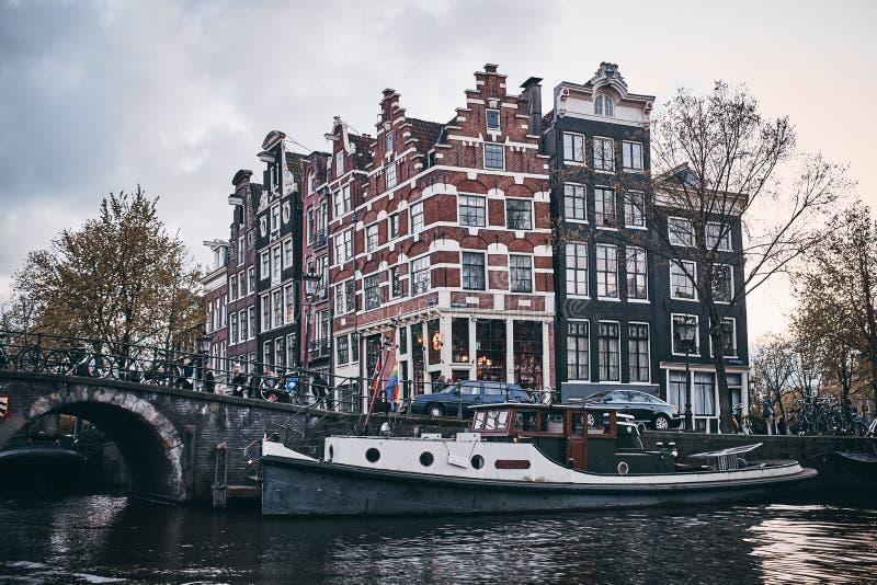 amsterdam kanaler arkivfoton