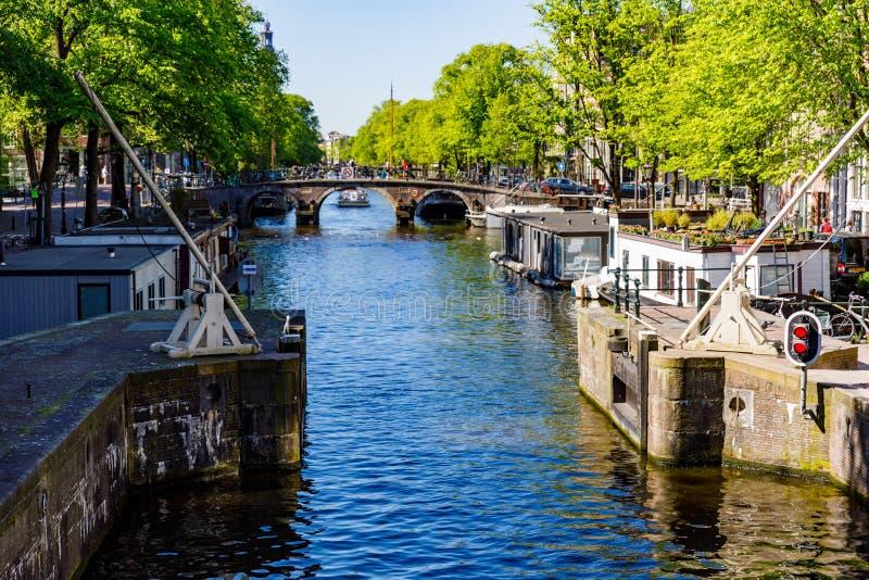 Amsterdam kanaler och på på söndagmorgon en morgon arkivfoto