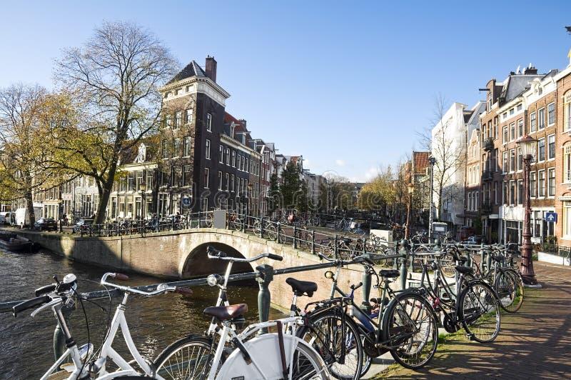 amsterdam kanalhus arkivfoton