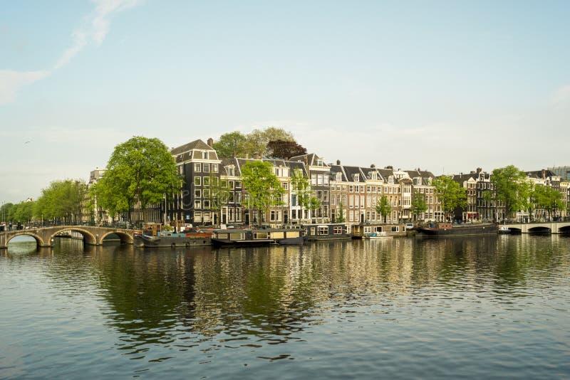 Amsterdam kanalhus på en solig dag arkivbilder