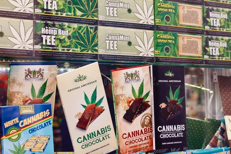 Amsterdam, la Hollande-Septentrionale, Pays-Bas, le 15 avril 2018 : Chocolat et thé avec le cannabis dans un coffeeshop photographie stock libre de droits