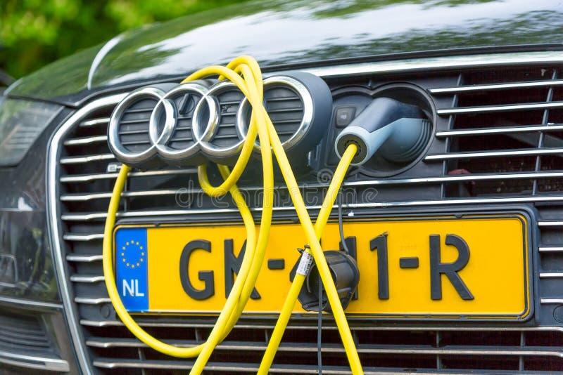 Amsterdam, los Países Bajos - mayo de 2018: Coche híbrido gasolina-eléctrico de Audi TFSI e-Tron que carga en la calle de Amsterd fotos de archivo libres de regalías