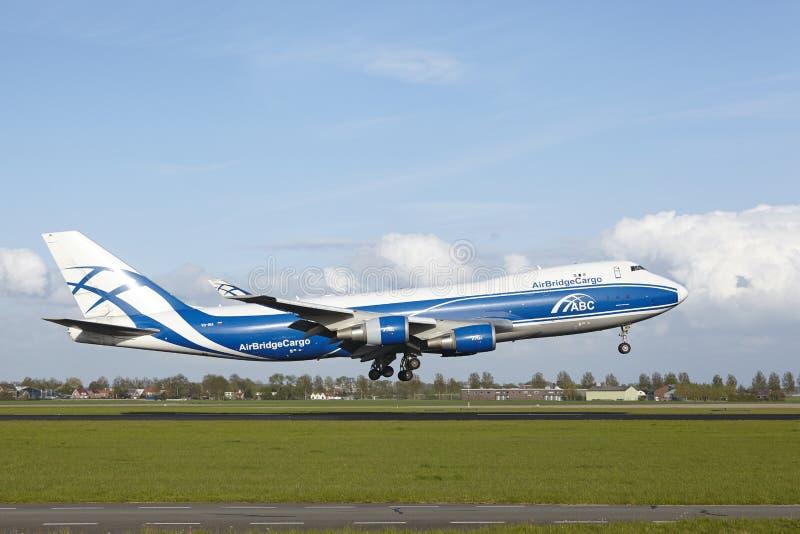 Amsterdam Lotniskowy Schiphol - Boeing 747 AirBridgeCargo ląduje zdjęcie royalty free