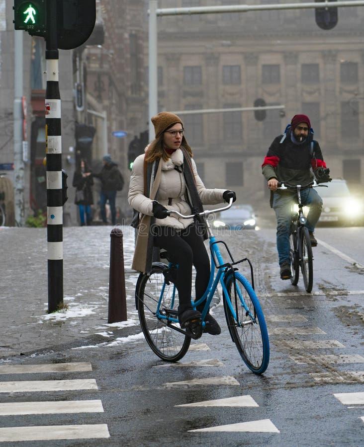 Amsterdam mężczyzna i kobieta na bicyklu obraz royalty free